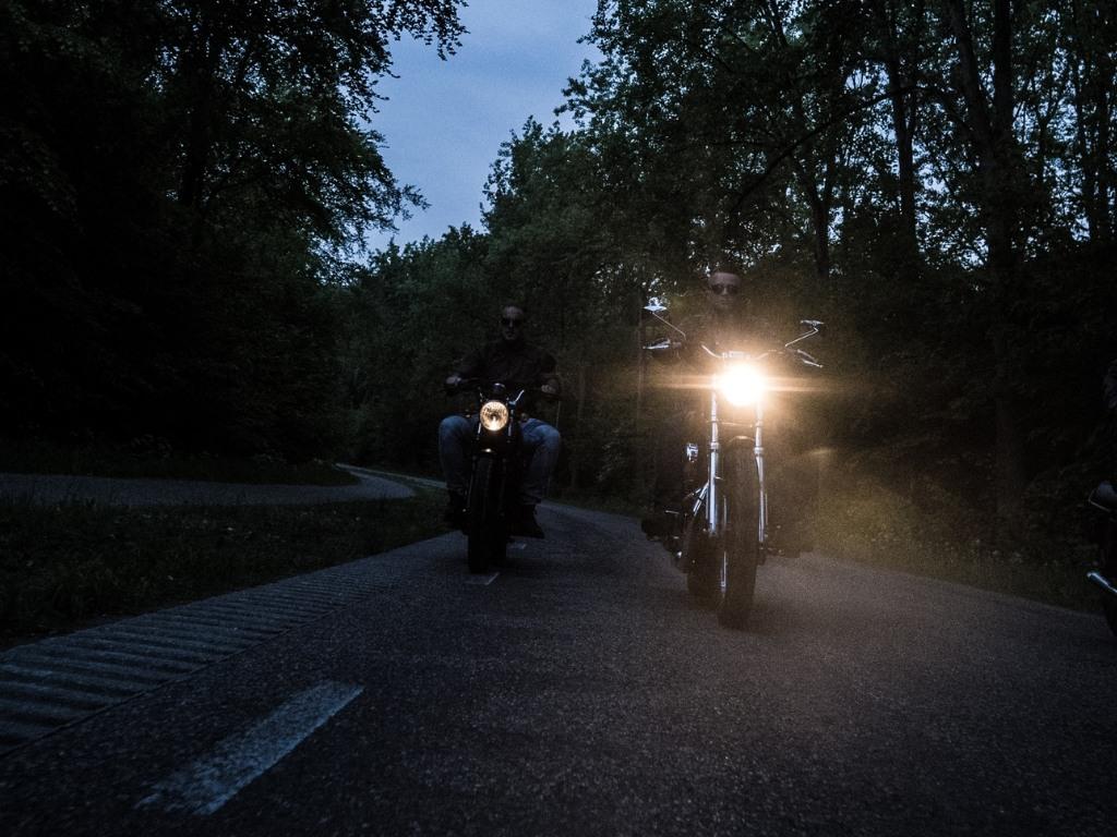 Motocykle jadące w ciemności