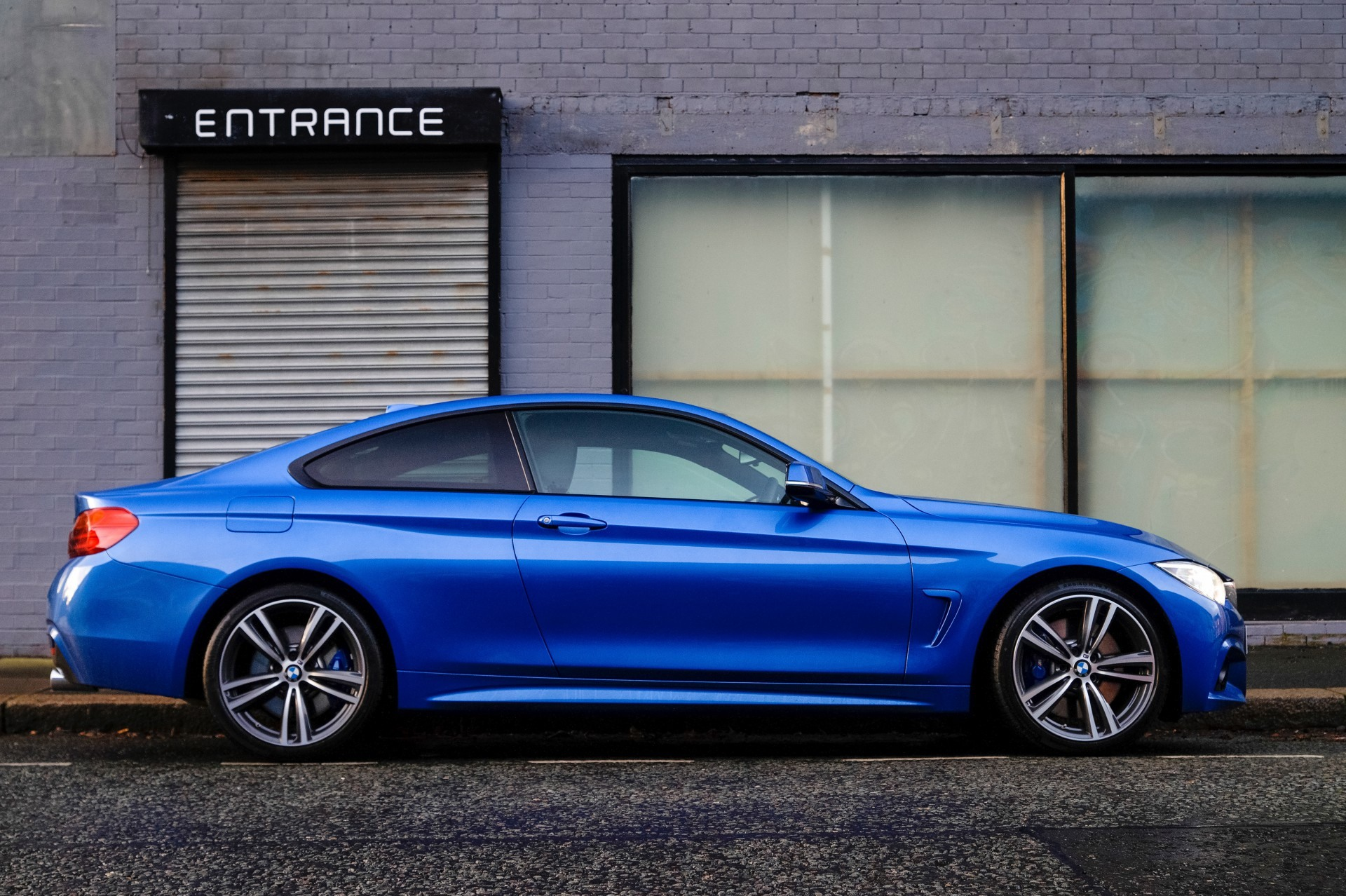 Niebieski sportowy samochód
