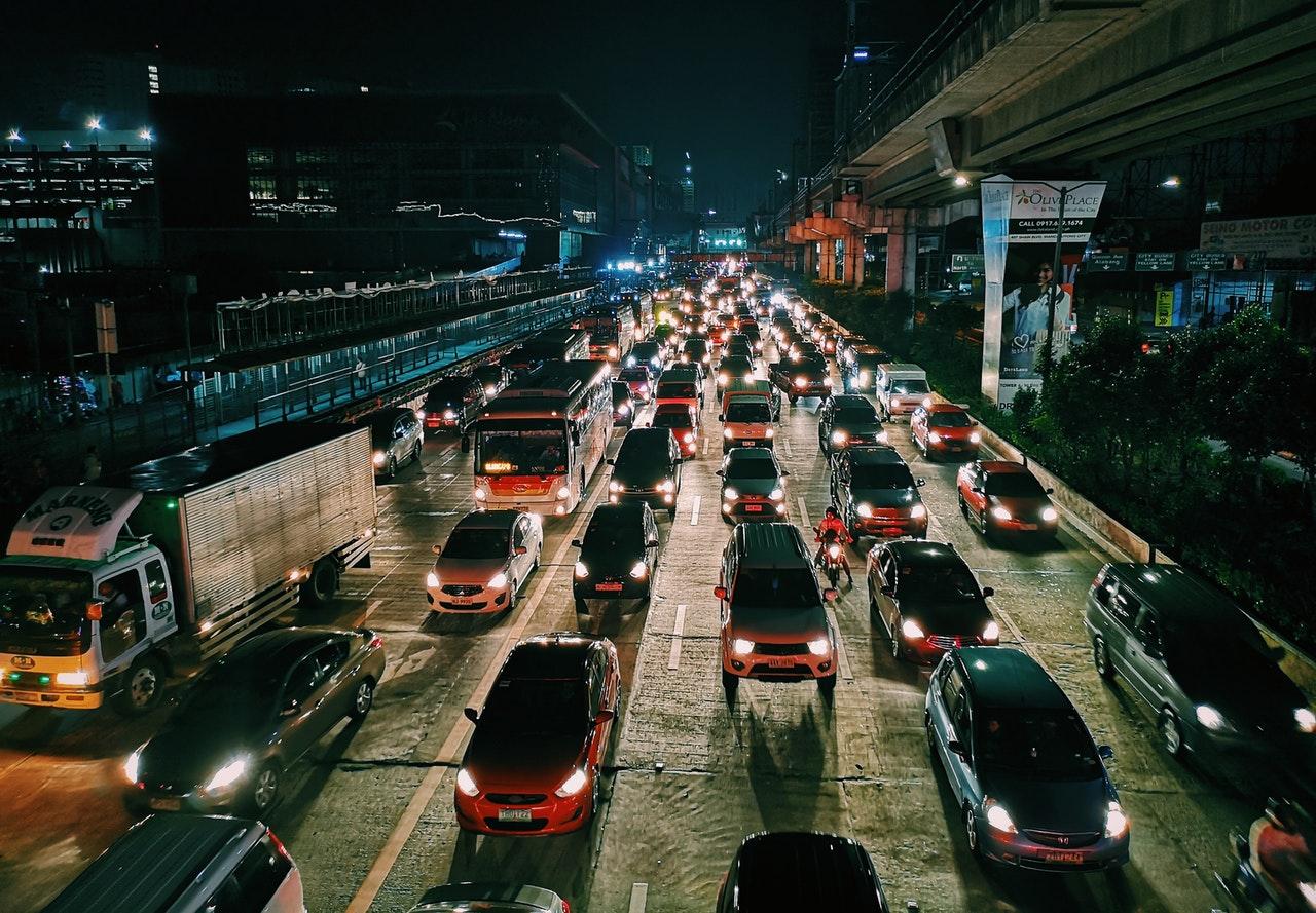 Samochody w korku ulicznym nocą