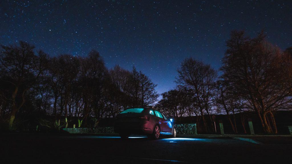 Oświetlenie samochodu nocą